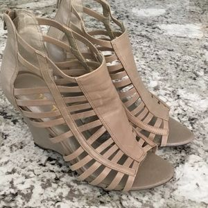 ME TOO Shoes - ME TOO - Strappy wedged sandals. Color Tan. Size 6